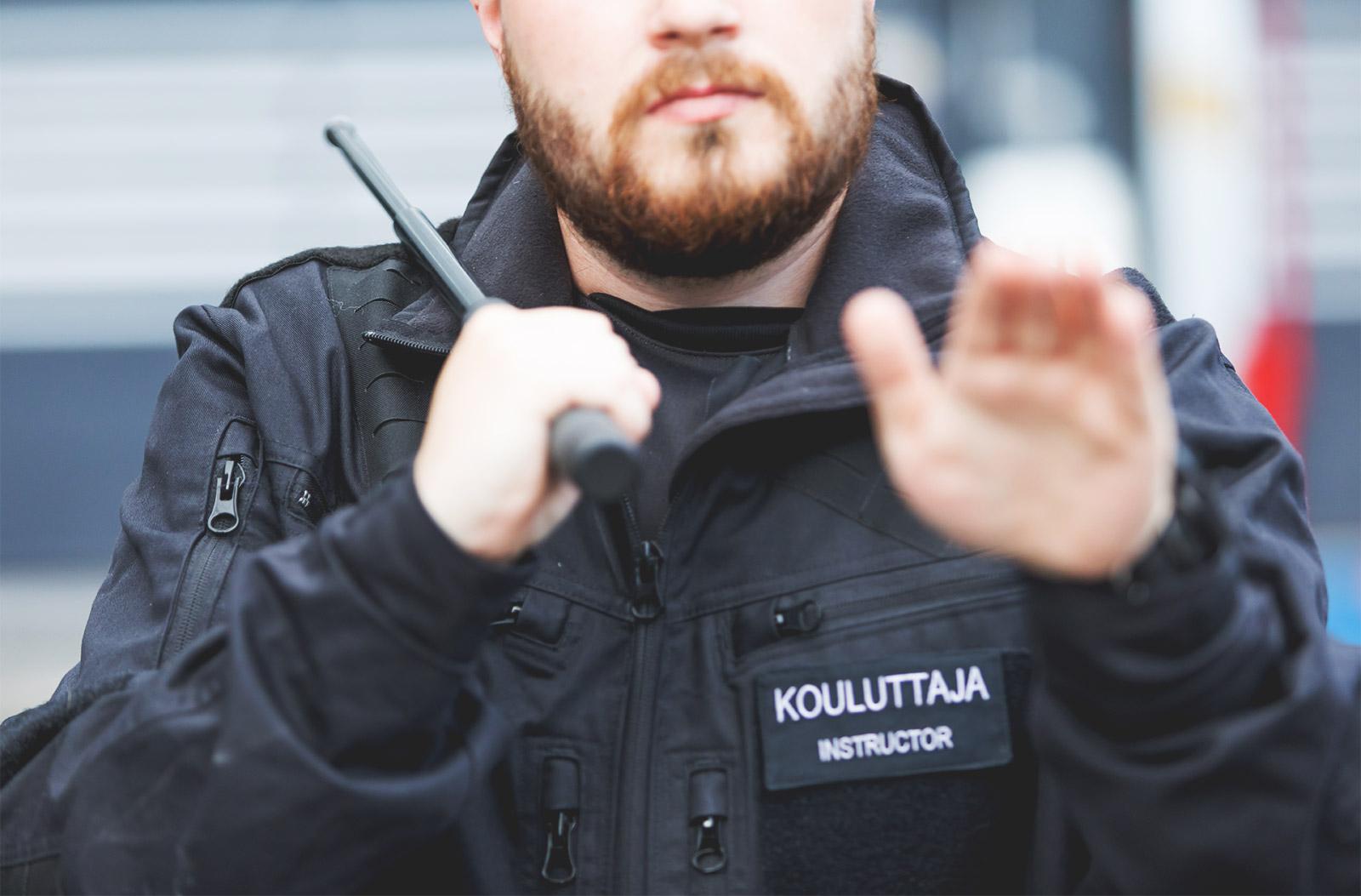 Vartijan ja järjestyksenvalvojan voimankäyttövälineiden kertauskoulutus by Turvallisuuskoulutukset.fi